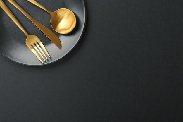 Gouden bestek ingesteld op zwarte achtergrond