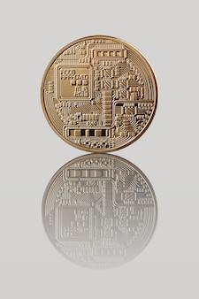 Gouden bitcoin. achterkant van de medaille. weerspiegeling van een muntstuk