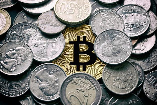 Gouden bitcoin btc omringd door munten uit verschillende landen, vs, rusland, euro.