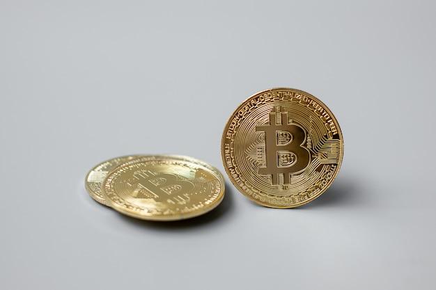 Gouden bitcoin cryptocurrency en muntstukstapel