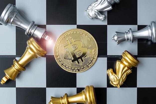 Gouden bitcoin cryptocurrency muntstukstapel en schaakstuk op schaakbord.