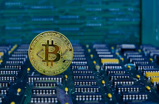 Gouden bitcoin cryptocurrency nieuwe versie op computer elektronische printplaat achtergrond
