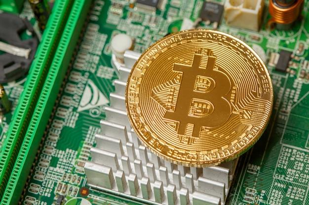 Gouden bitcoin cryptocurrency op computer printplaat. macro-opname