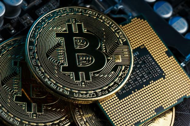 Gouden bitcoin-cryptocurrency op computerprintplaat cpu.