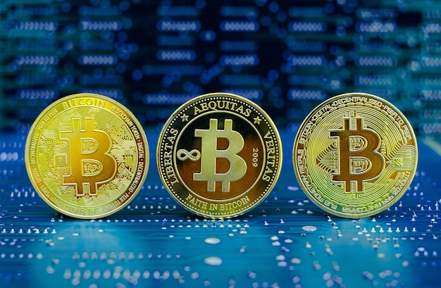 Gouden bitcoin cryptocurrency oude en nieuwe versie op computer elektronische printplaat achtergrond