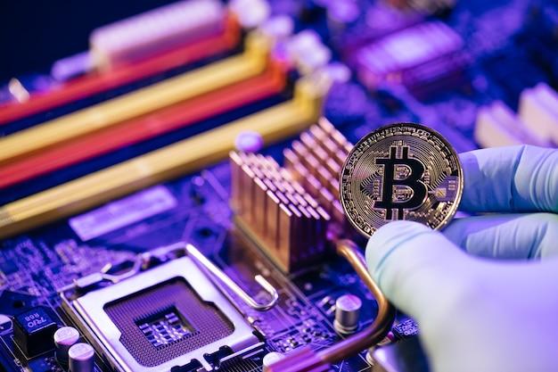 Gouden bitcoin elektronische computer processor bord.