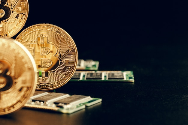 Gouden bitcoin en computerchip