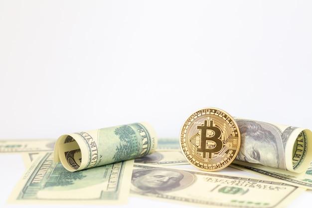 Gouden bitcoin en dollarbankbiljetten op wit wordt geïsoleerd