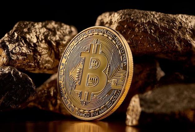 Gouden bitcoin en gouden stukken die futuristische wereldtendensen vertegenwoordigen die beide op zwarte achtergrond worden geïsoleerd