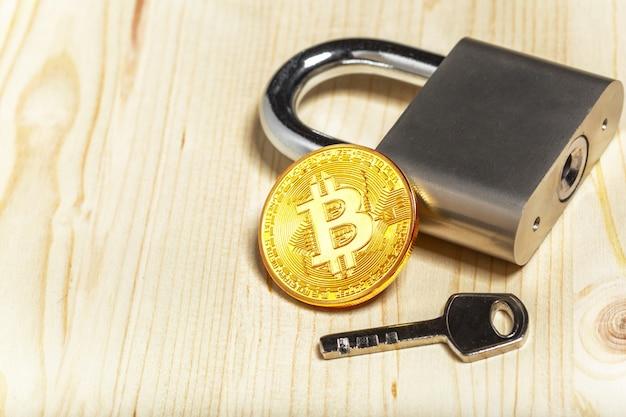 Gouden bitcoin en hangslot