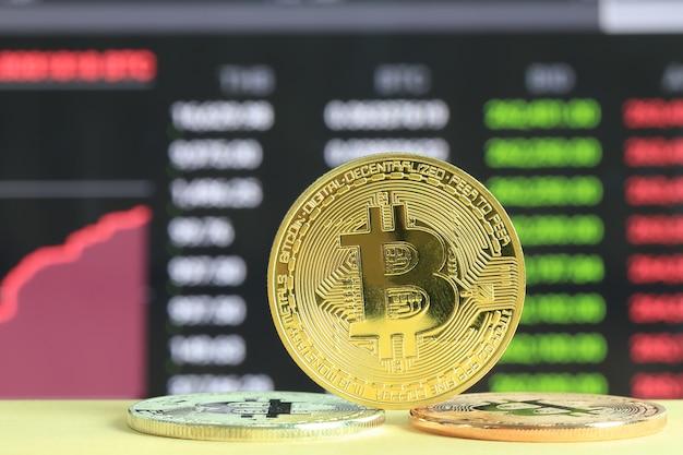 Gouden bitcoin geplaatst op houten vloer