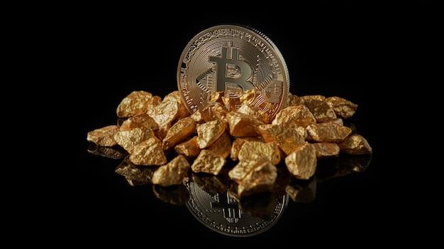Gouden bitcoin in gouden brokken die wereldtrends vertegenwoordigen, beide geïsoleerd op zwarte reflecterende oppervlakteachtergrond. digitaal goudconcept of concept van financiering van bitcoin-cryptocurrency in edelmetaal