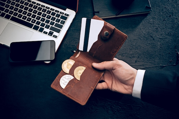 Gouden bitcoin in handen van de post