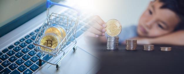 Gouden bitcoin in winkelwagen op laptopcomputer, digitale valutahandel met cryptocurrency, block chain en finance concept.