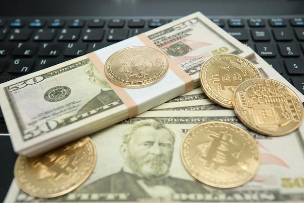 Gouden bitcoin munt op amerikaanse dollars close-up. symbolisch beeld van virtuele valuta.