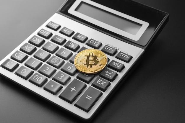 Gouden bitcoin munt op de rekenmachine
