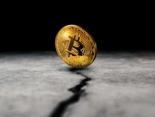 Gouden bitcoin munt op gebarsten betonnen vloer crypto valuta achtergrond concept.
