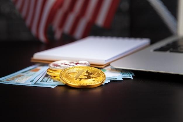 Gouden bitcoin munt op ons dollar close-up. elektronische cryptovaluta