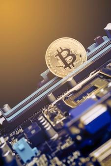 Gouden bitcoin-munten op moederbord mijnwerker met printplaat pool