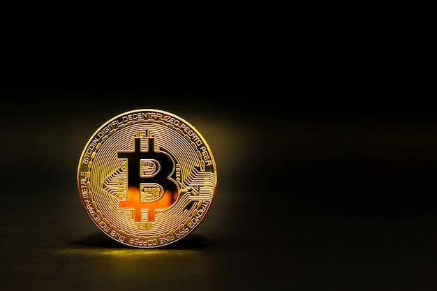 Gouden bitcoin muntstuk. crypto munt fysieke bitcoinmuntstukken.
