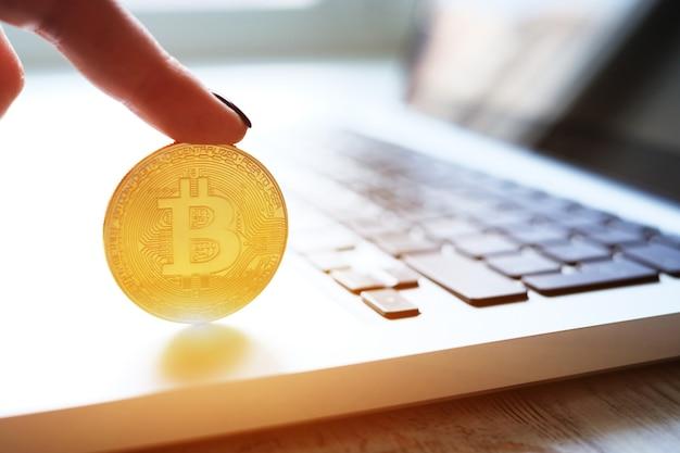 Gouden bitcoin-muntstuk op het laptop toetsenbord. handel concept