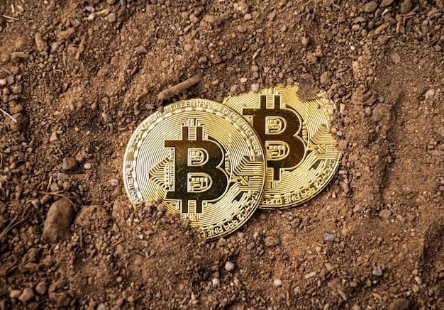 Gouden bitcoin op de grond, mijnbouw bitcoin concept.