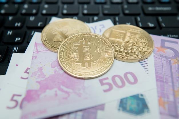 Gouden bitcoin op euro bankbiljet. symbolisch beeld van virtuele valuta.
