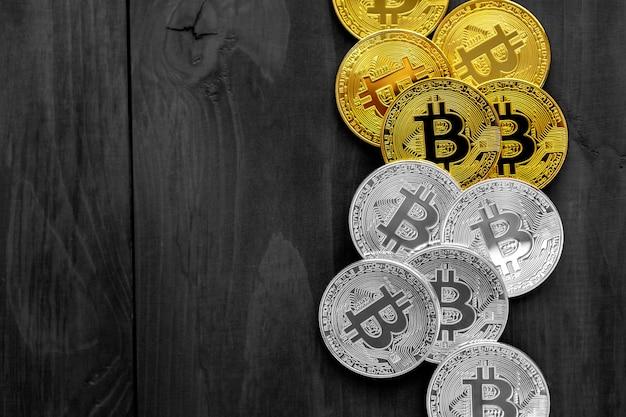 Gouden bitcoin op moderne mobiele telefoon op houten tafel