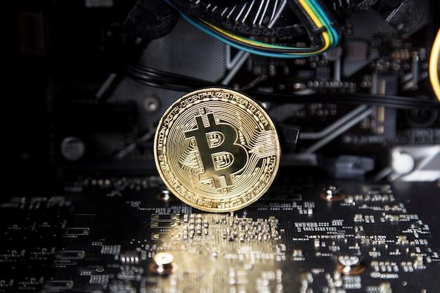 Gouden bitcoin staat op het moederbord
