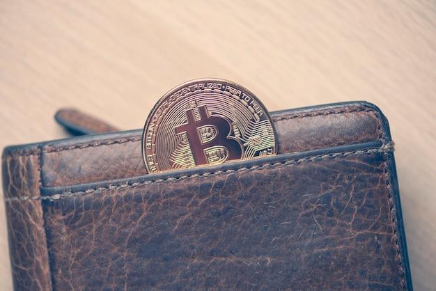 Gouden bitcoin-symbool, ronde munt als cryptocurrency, digitaal geld in portemonnee