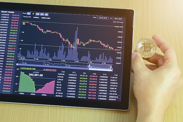 Gouden bitcoin ter beschikking van zakenman