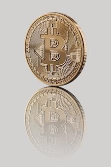 Gouden bitcoin. weerspiegeling van een muntstuk