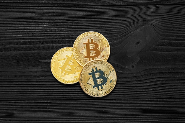Gouden bitcoinmuntstuk op ons dollars sluit omhoog. elektronische crypto-valuta
