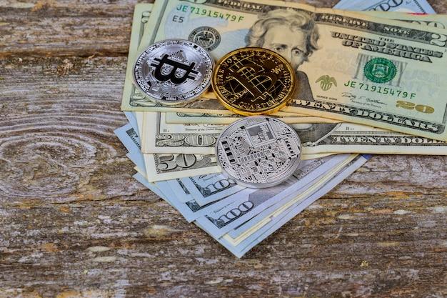 Gouden bitcoinmuntstukken op een document dollarsgeld