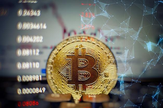 Gouden bitcoins met candle stick graph-grafiek en digitale achtergrond. gouden munt met pictogram letter b. mijnbouw of blockchain-technologie