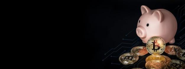 Gouden bitcoins met roze spaarvarken op zwarte banner als achtergrond