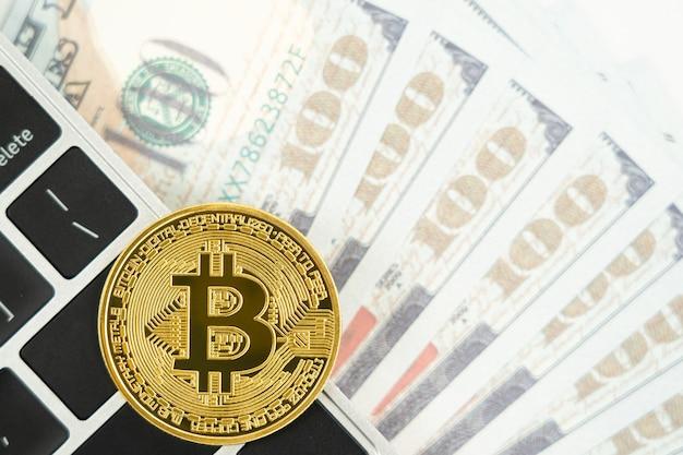 Gouden bitcoins munt en amerikaanse bankbiljetten toetsenbordcomputer