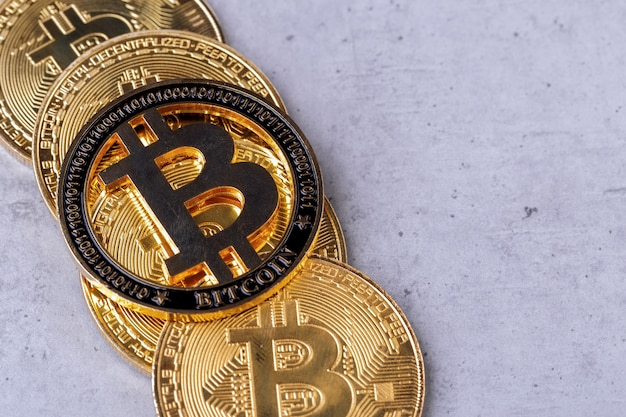 Gouden bitcoins op een concrete achtergrond, close-upfoto