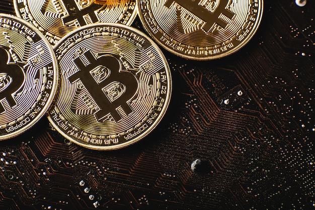 Gouden bitcoins op moederbord