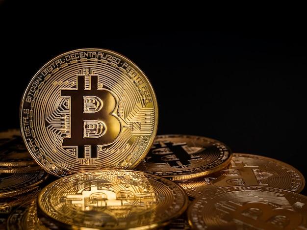 Gouden bitcoins op zwarte achtergrond