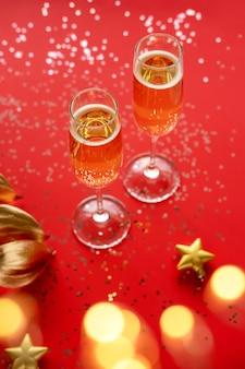 Gouden blad en glazen champagne geïsoleerd op rood