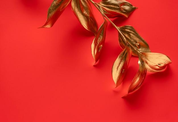 Gouden blad geïsoleerd op rood