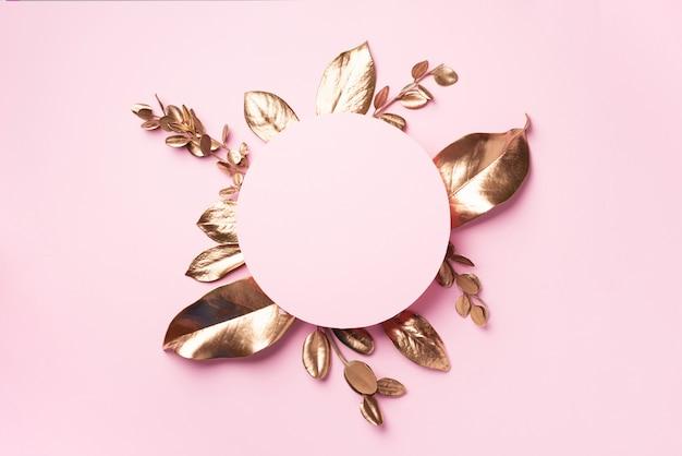 Gouden bladerenframe met exemplaarruimte. bovenaanzicht kopieer ruimte. zomer en herfst concept. creatief