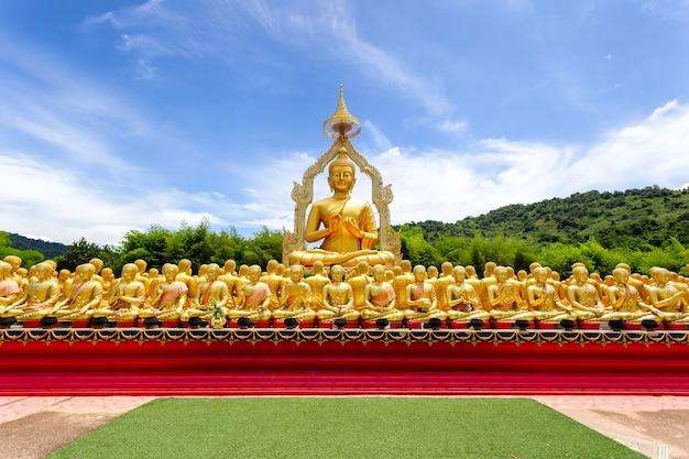 Gouden boeddha met 1250 discipelen standbeeld in makha bucha boeddhistisch herdenkingspark is gebouwd ter gelegenheid van de grote periode