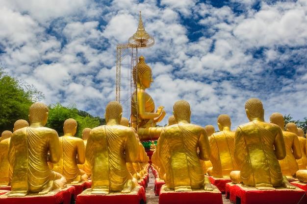 Gouden boeddha met 1250 discipelen standbeeld in makha bucha boeddhistische herdenkingspark is gebouwd ter gelegenheid van de grote periode, nakhon nayok, thailand