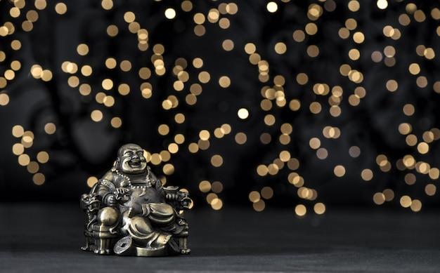 Gouden boeddha onscherpe achtergrond