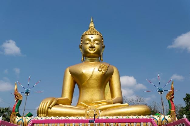 Gouden boeddhabeeld in de tempel van thailand.