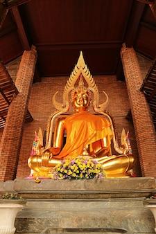 Gouden boeddhabeeld in wat yai chai mongkhon temple, ayutthaya historical park, thailand