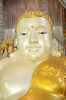 Gouden boeddhabeeld op sculptuur background