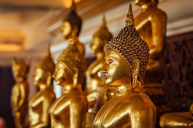 Gouden boeddhabeelden in boeddhistische tempel